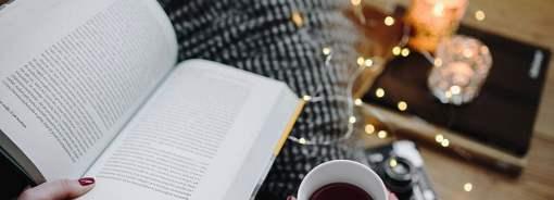 December, indendørs, god bog og varm kaffe