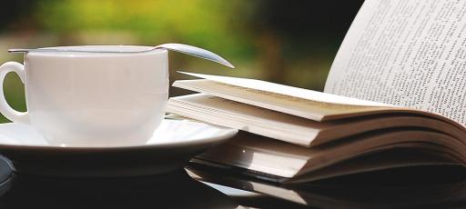 Topfoto kaffe og bog