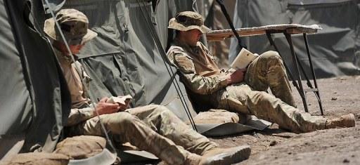 Udsendte soldater holder slapper af og læser bøger.